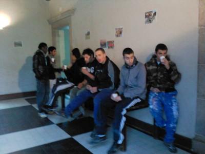Qques lycéens se réchauffent autour d'un café, dans le hall du château