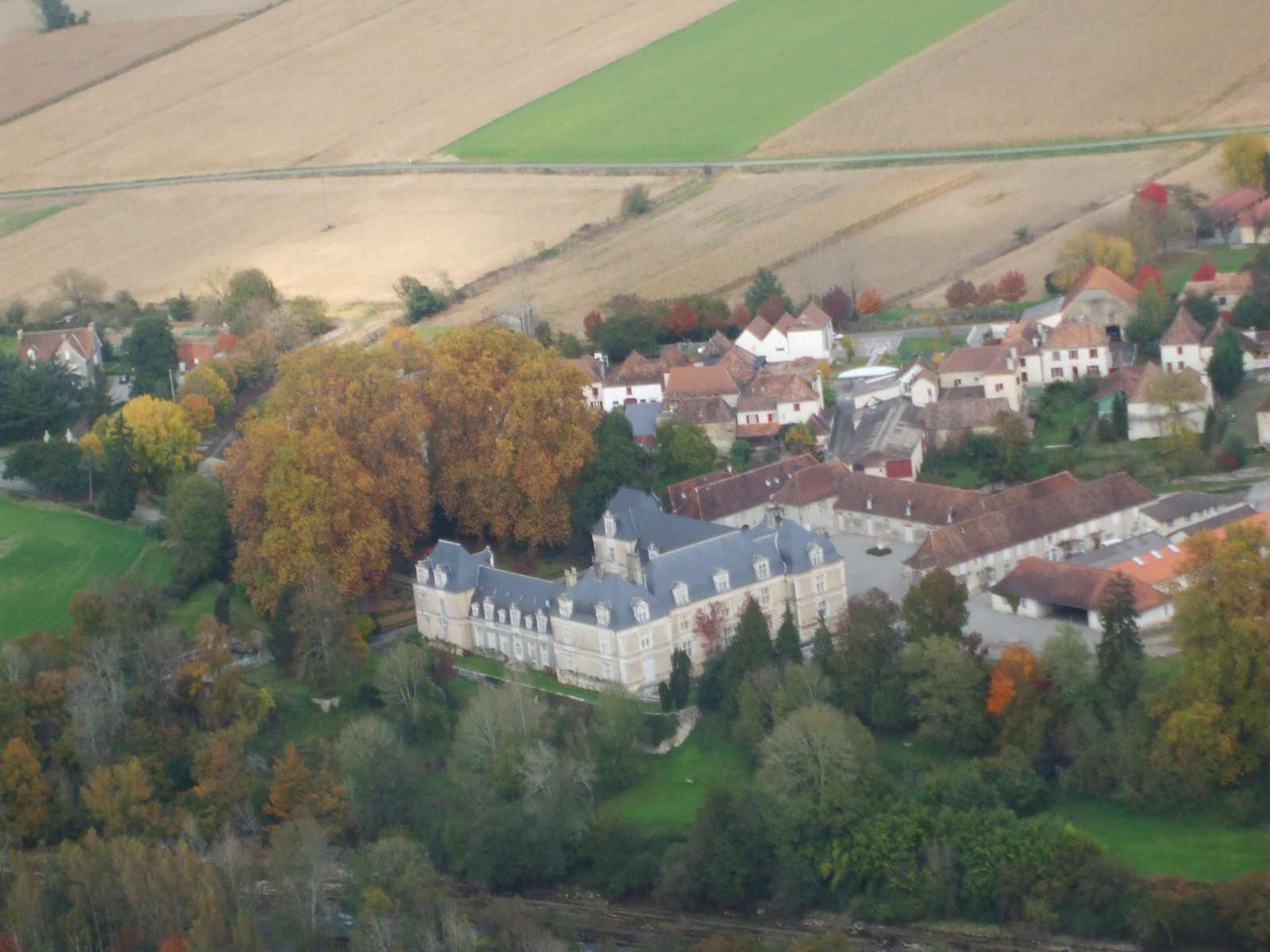 vue aérienne du village et du château d'Audaux