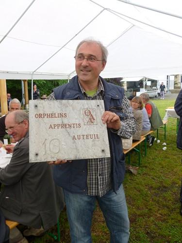 M. Foucherand (un ancien élève ) remet la plaque d'un ancien éts de la Fondation qui était à Lourdes